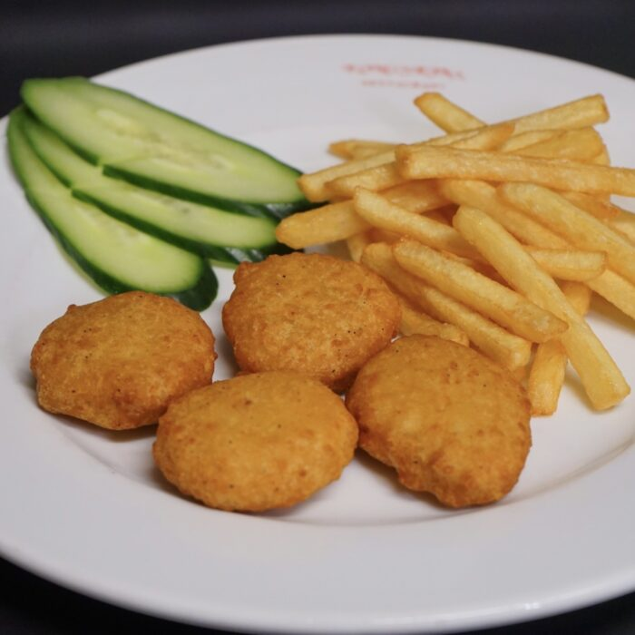 70b. Chicken nuggets (4 biter) m/pommes frites