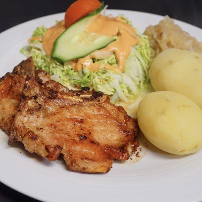 67. Svinekoteletter m/surkål, salat & poteter